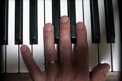 La main gauche de Martial sur le clavier du piano